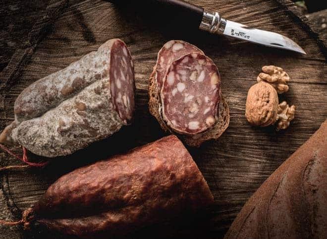 Saucisson artisanale, saucisson nature et fumée, Vente en direct de la salaison familiale. Charcuterie artisanale, saucisson, saucisse, diot, jambon, de Haute-Savoie & viande de qualité supérieure en ligne.