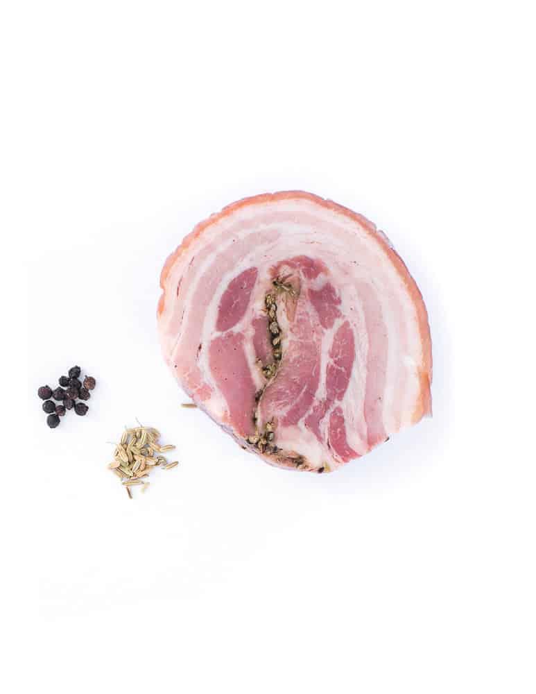 Poitrine roulée cuite au poivre et graine. Maison Alpin. Vente en direct de la salaison familiale. Charcuterie artisanale, saucisson, saucisse, diot, jambon, de Haute-Savoie & viande de qualité supérieure en ligne.