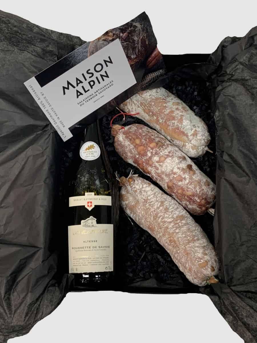 Panier gourmand haut-savoyard- assortiment de saucissons artisanal et délicieux vin blanc de savoie